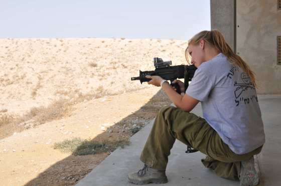IDF-Shooting-Instructor-Sarit-Peterson-aims